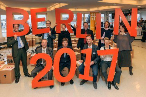 DEKT36-Eroeffnung Deutscher Evangelischer Kirchentag 2017 Veranstalter halten Buchstaben