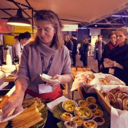 airfoodbike partner Cate Berlin Biocatering Elisabeth Wendt händigt Speisen aus